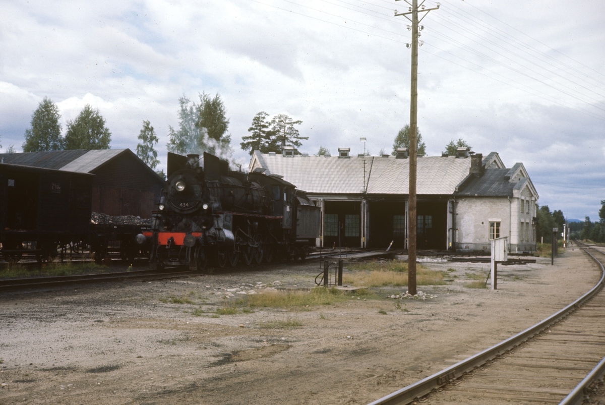 Damplok 26c nr. 434 foran lokomotivstallen på Elverum stasjon.