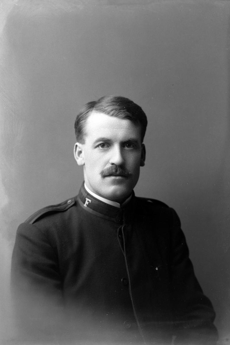 Studioportrett i halvfigur av mann i Frelsesarméuniform.