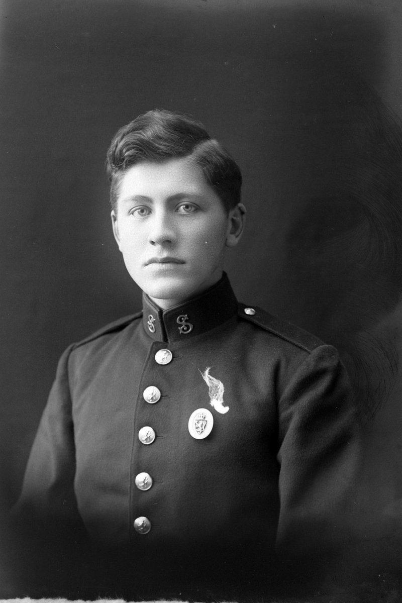 Studioportrett i halvfigur av en mann i uniform.