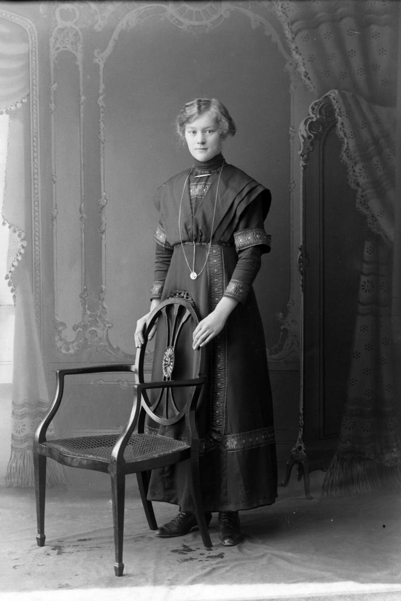 Studioportrett i helfigur av en kvinne, trolig Valborg Sofie Bonier.