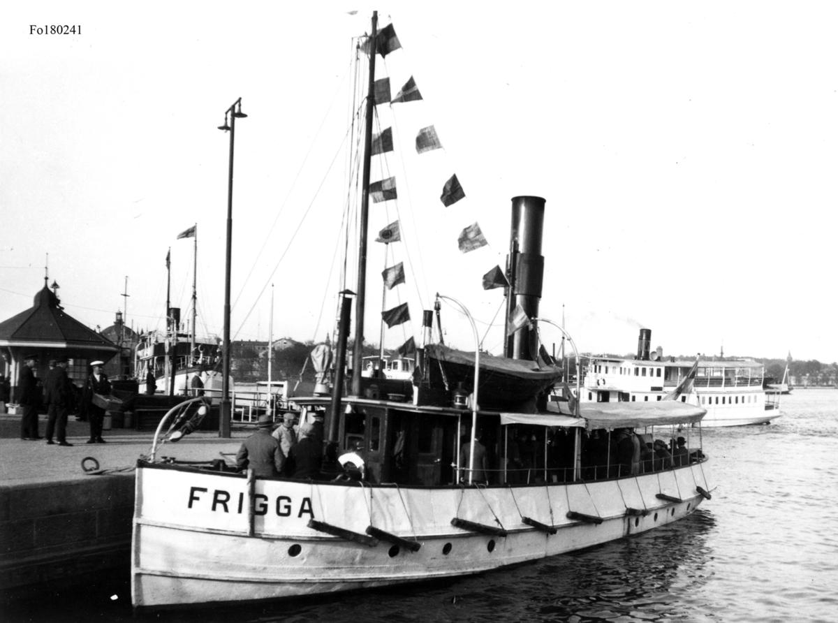 I bakgrunden syns ångfartyget Brevik I och skymd Sandhamn I.