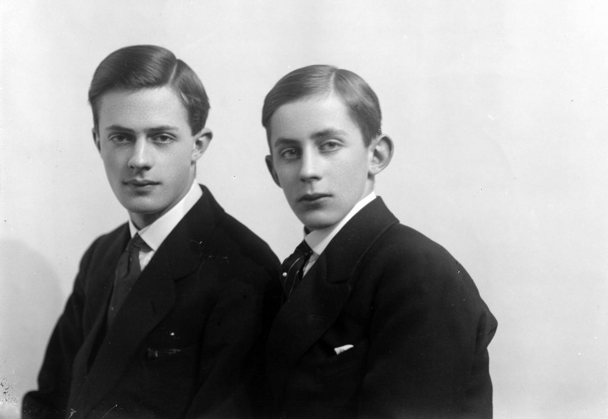 Studioportrett av to unge menn i halvfigur.