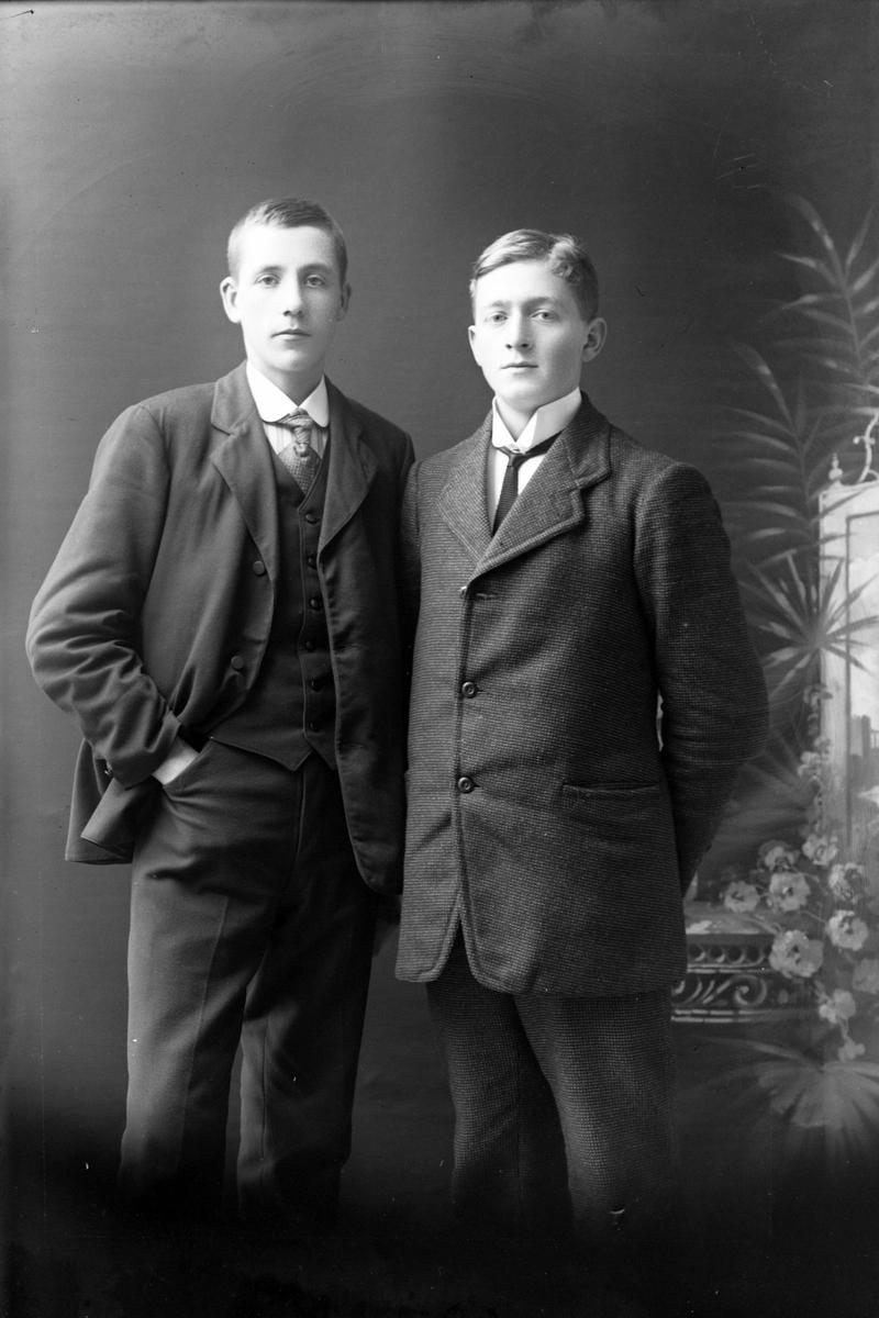 Studioportrett av to menn, en av dem Eivind Christiansen.