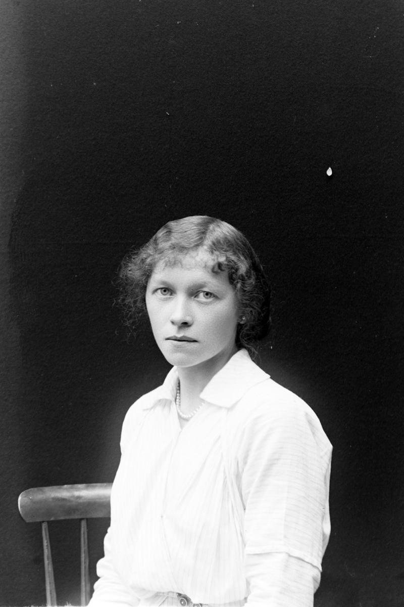 Studioportrett av en kvinne i halvfigur, muligens Clara Overgaard.