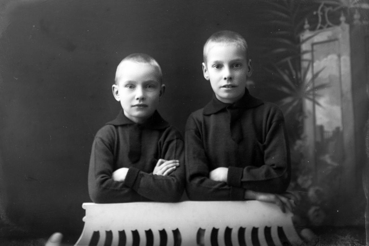 Studioportrett av to unge gutter.