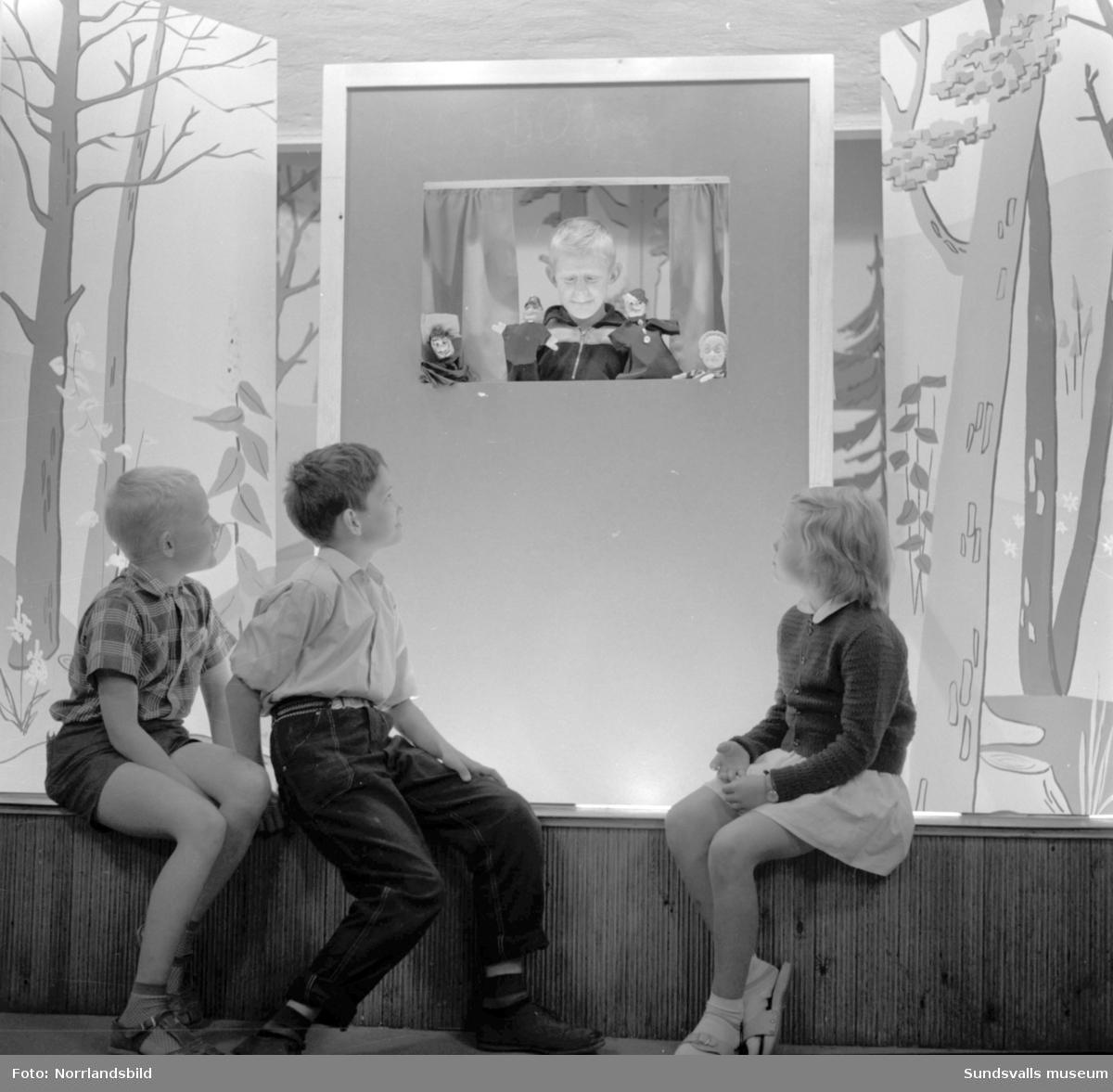 "Barn besöker ""Sagogrottan"" på biblioteket i Sundsvall."