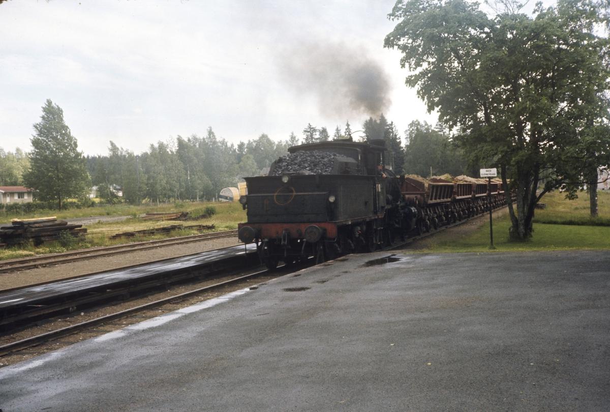 Grustog fra Kongsvinger ankommer Roverud stasjon, trukket av damplok type 21c nr. 372.