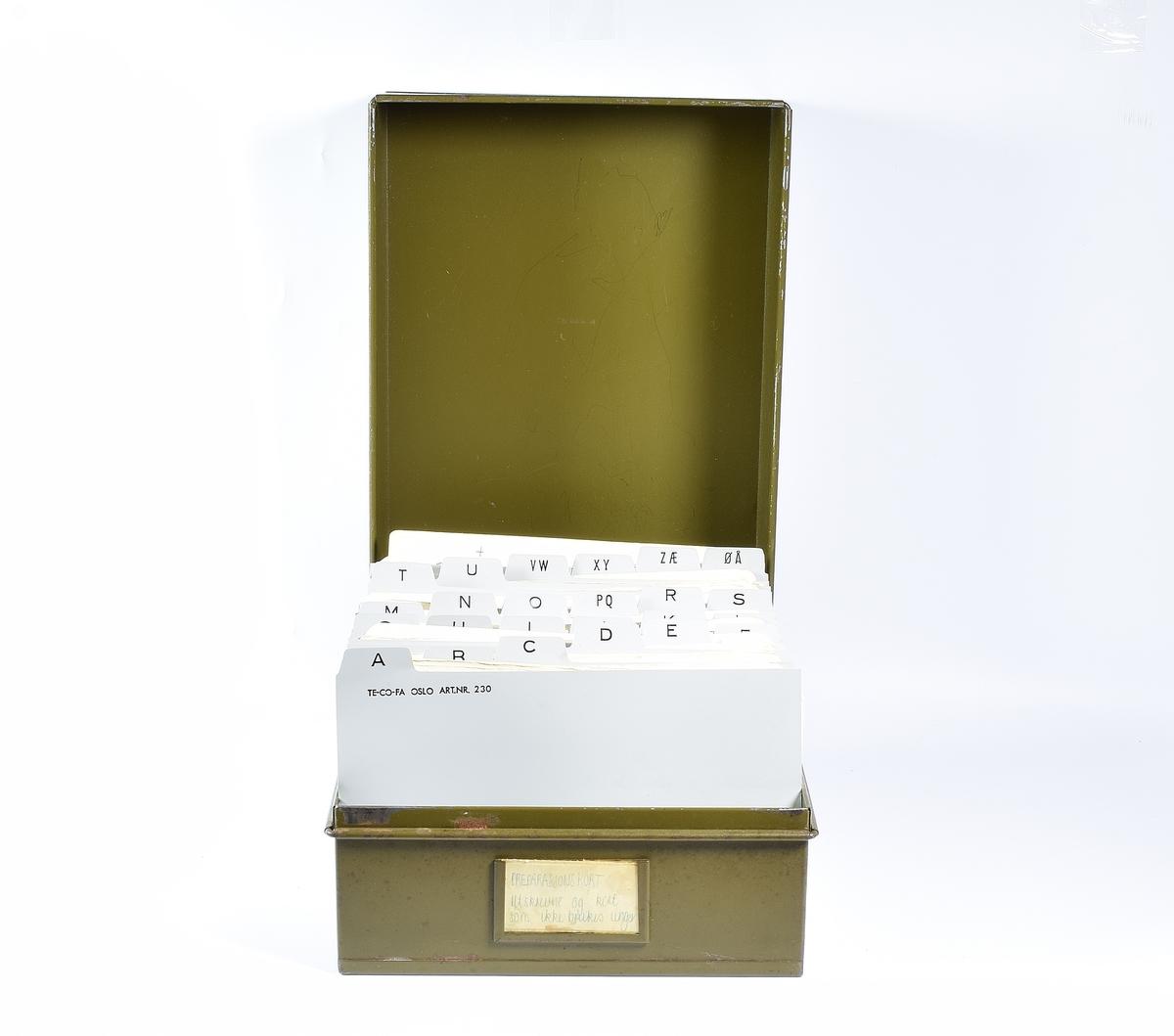 Grønn arkivboks i metall med kartotek med preparasjonskort for diverse legemidler og apotekprodukter. Kortene er skrevet på skrivemaskin og flere har handskrevne tilføyelser. Kortene er katagorisert alfabetisk fra A til Å og er skilt med skilleark i grå plast.