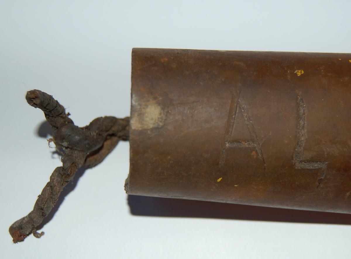 Sliren er laget av klar vannslange av ikkje UV-bestandig plast. Sliren er i spissen svakt buet etter formen på kniven, og klinket sammen med 7 jernnagler. Ved halsopningen er der to små hull, som beltespennen av bensletau er festet gjennom.