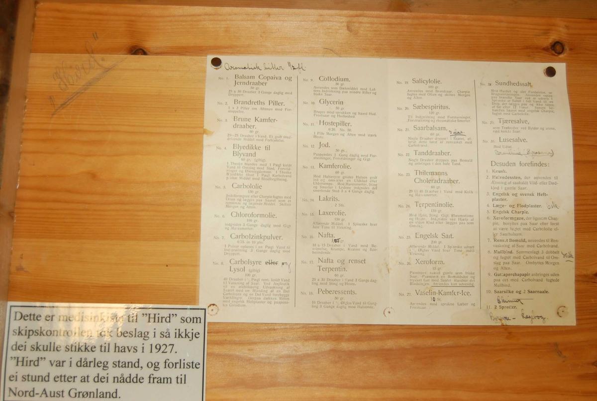 """Medisinkisten har hengslet låsbart lokk, og handtak påsett i endane av kisten. Innvendig er den inndelt i 47 rom av variabel storleik til plassering av medisinflasker og forbindingsutstyr m.m. På innsiden av lokket er det i øverste venstre hjørne skrevet  inn med blyantskrift, navnet """"Hird"""". Vidare er det festet med tegnestifter en maskinskrevet innhaldsfortegnelse med bruksanvisning fra Svaneapoteket i Ålesund.  I medisinkisten er der 59 gjenstander, som alle har fått egne sammenhengende nummer."""