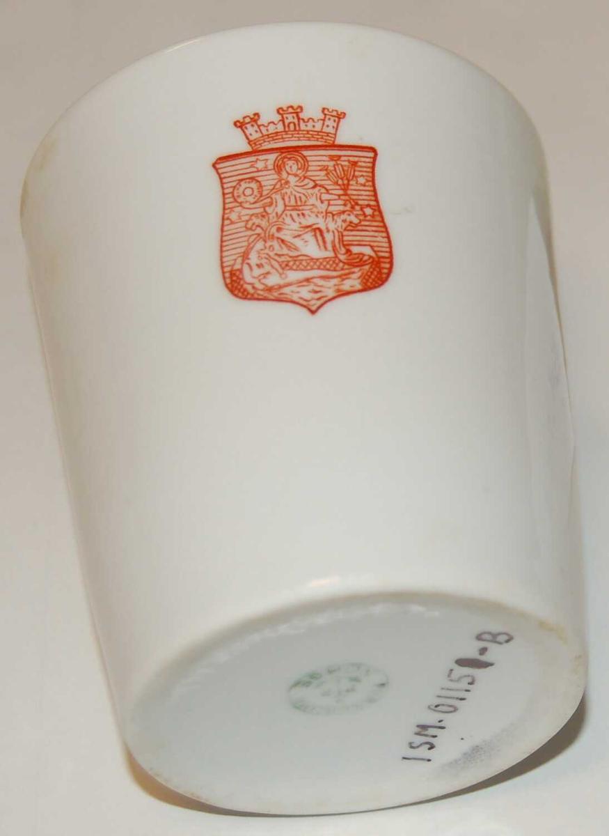 Porselenskoppen har form som eit drikkeglas.