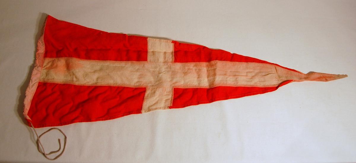 """Gjenstanden er et signalflagg i fargene, Rød, Kvit, og som symboliserer tallet """"4""""."""