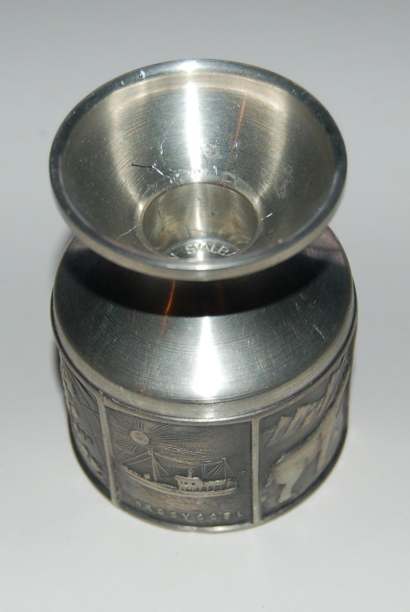 Tinnlysestake med rund sylinderformet fot, og med traktformet topp til feste for stearinlys.