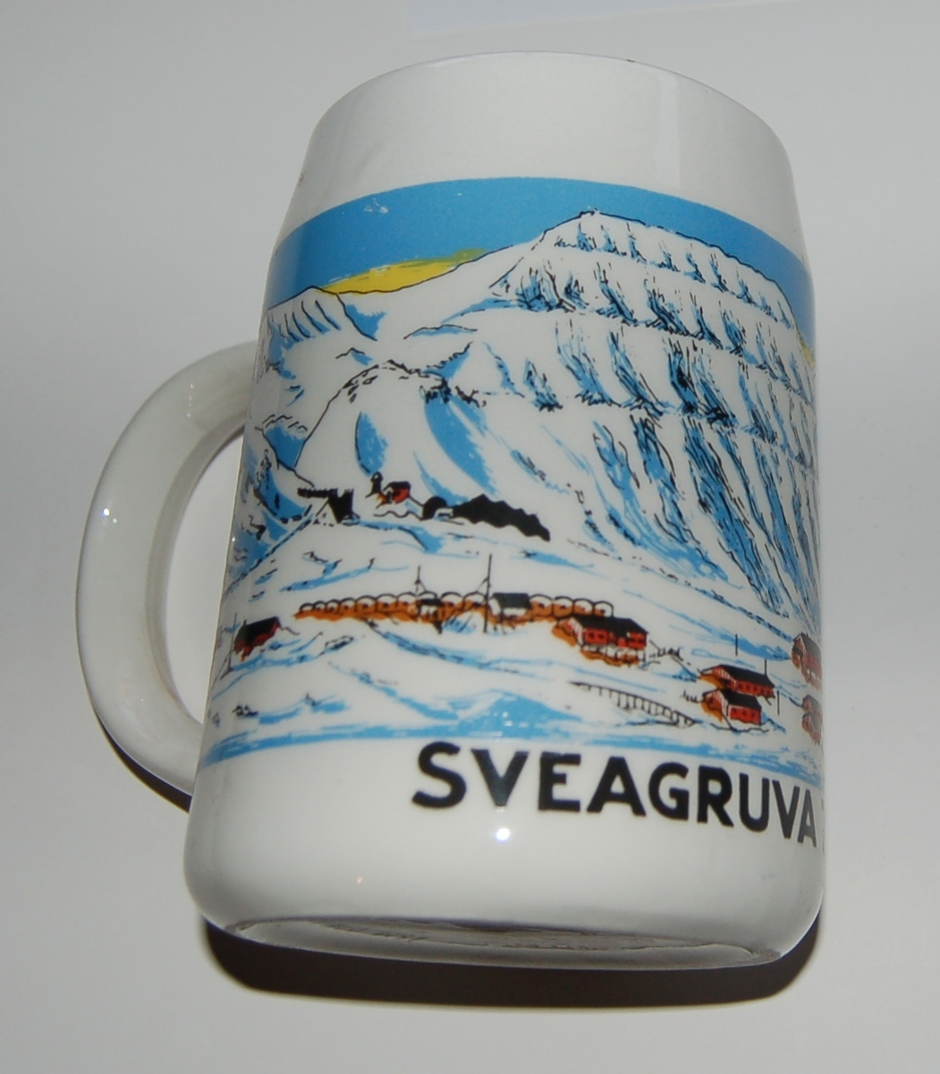 Utsmykka kjegleformet souvenirkrus i glassert porselen. Motiv: Gruvelandsby Tekst: Sveagruva - 77 Grader 55 Minutt N.