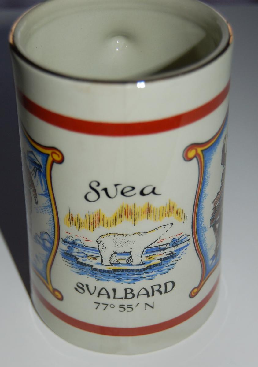 Utsmykka kjegleformet souvenirkrus i glassert porselen. Motiv: Gruvearbeidere. Isbjørn. Tekst: SVEA SVALBARD 77 grader 55 minutter N.