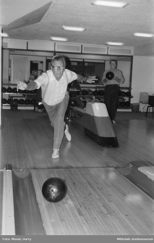"""Mölndals-korpen anordnar aktiviteter för äldre i Mölndal, år 1984. Bowling. """"Kjell Carlsson i fint """"utslag"""".""""  För mer information om bilden se under tilläggsinformation."""