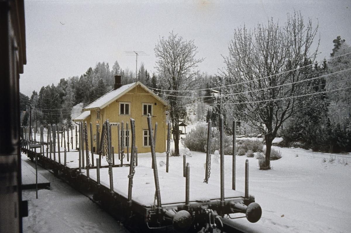 Tog 281 fra Oslo til Fagernes på Fluberg stasjon. Tomme tømmervogner egnet for Valdresbanens lave aksellast står klare for opplasting.