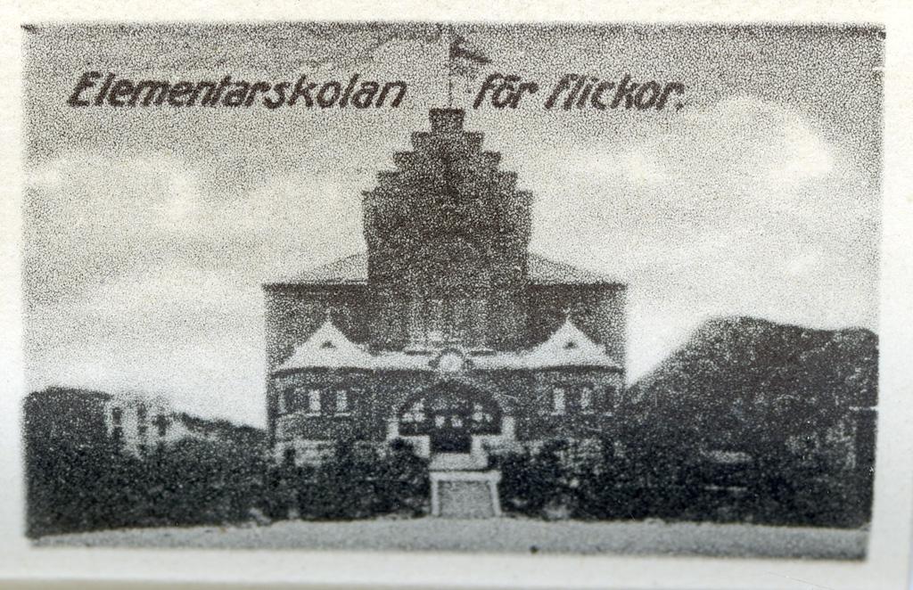 """Text till bilden: """"Elementar skolan för flickor""""."""