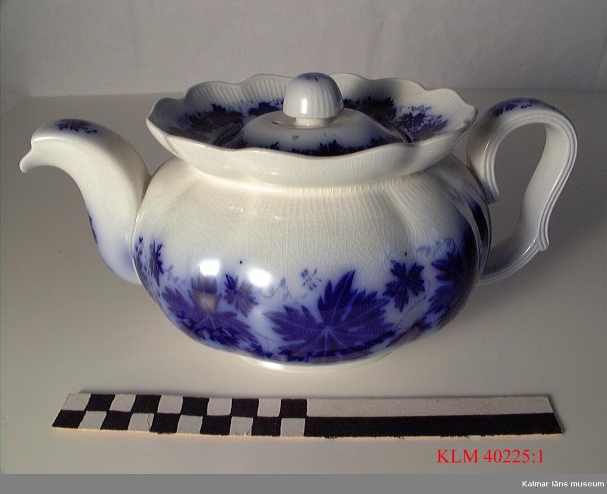 KLM 40225:1 Tekanna, porslin. Med löst lock. Dekor i flytande blått, växtornamentik. Stämpel: Vinranka, made in Sweden, Gefle, Percy.