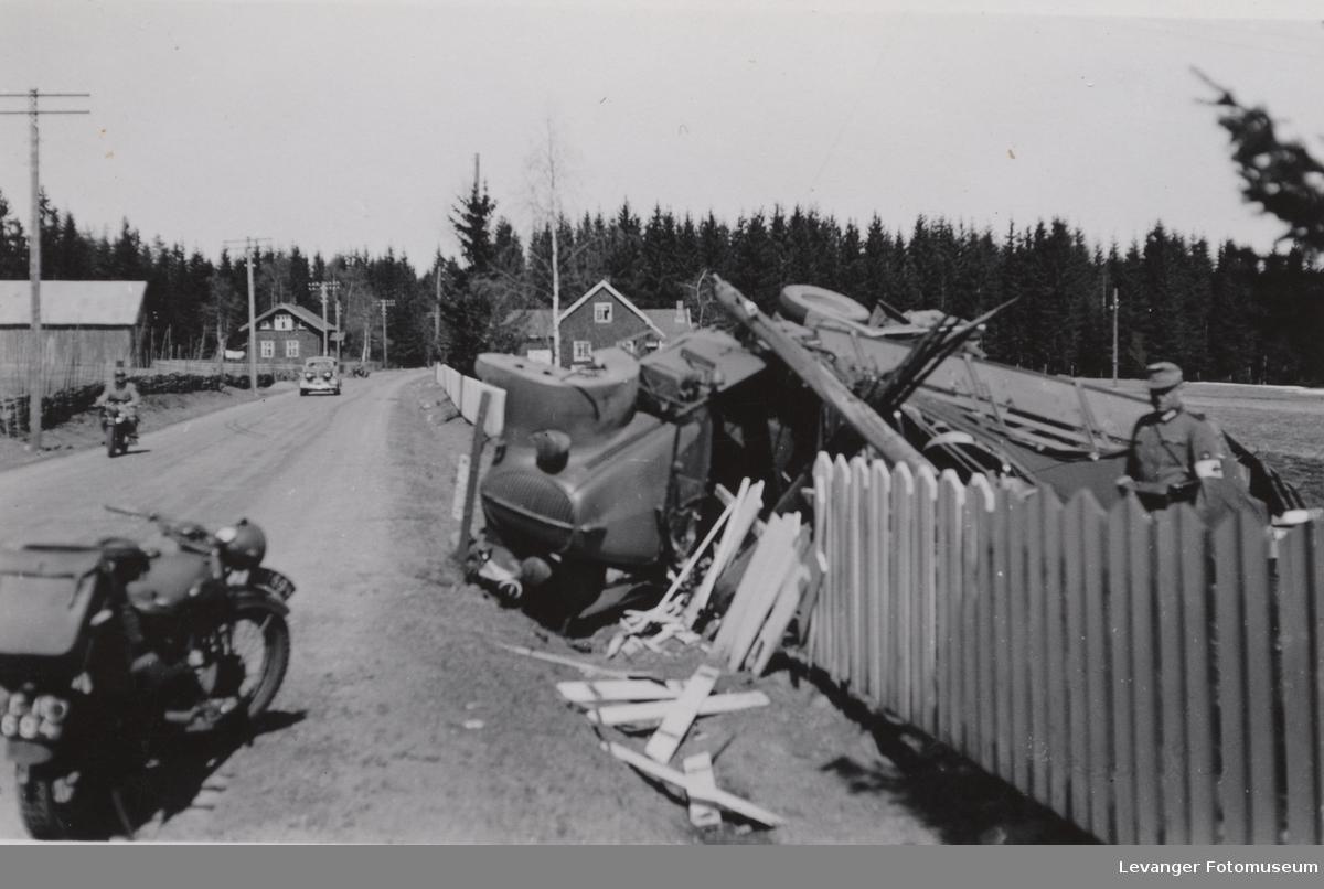 Bil kollidert med et stakitt og en tysk soldat
