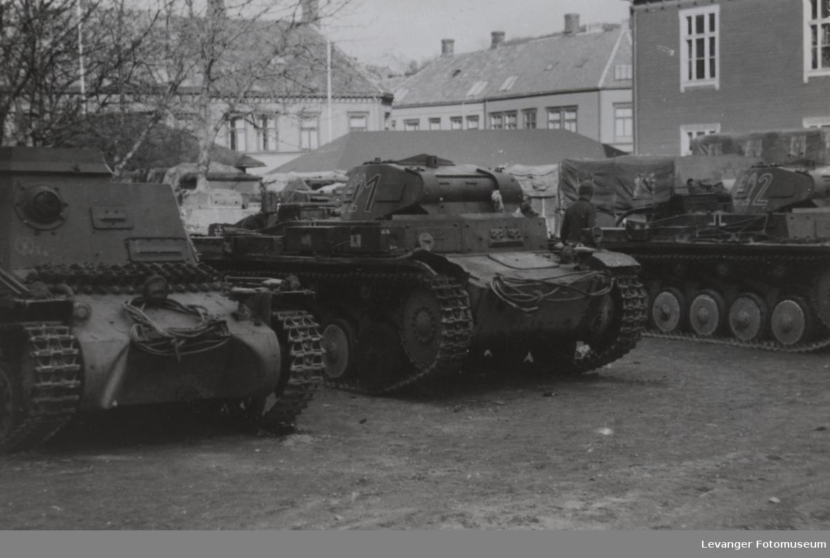 Stridsvogner. Til venstre Pzkw 1A kommandovogn, i midten og til høyre Pzkw II.