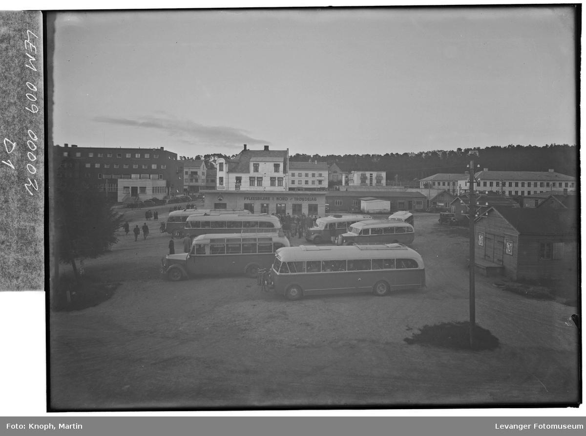 Fylkesbilene 1950 med Grand Hotel, Bjerkan-gården og Steinkjer Meieri i bakgrunnen,.