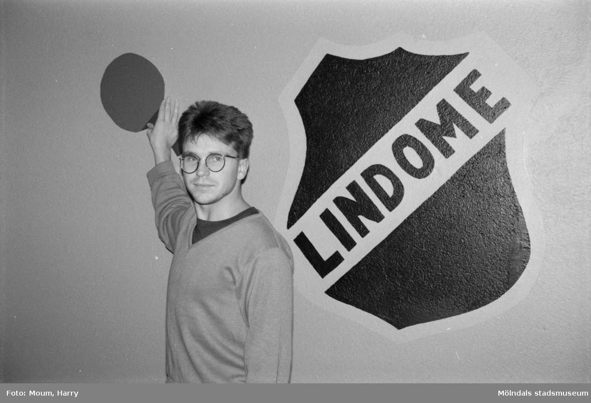 Bordtennis i Almåsskolans sporthall i Lindome, år 1984.  För mer information om bilden se under tilläggsinformation.