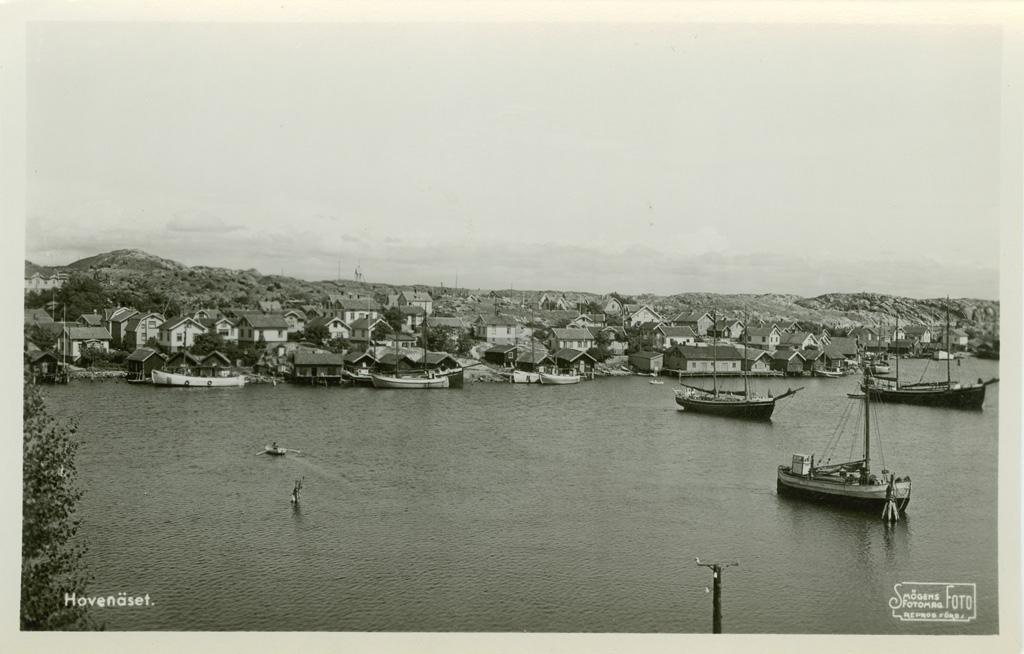 """Text på kortet: """"Hovenäset. Härliga salta bad, segling, fiske och soliga kilippor""""."""