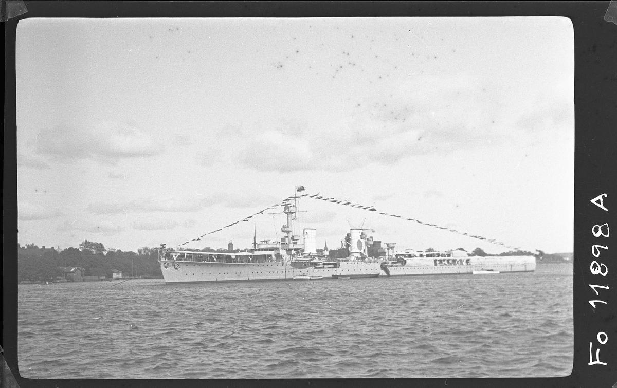 Tyska lätta kryssaren Königsberg på Stockholms ström. Den 16/4 1940 då kryssaren låg vid kaj i Bergen sänktes hon [den] av en brittisk flygbomb.
