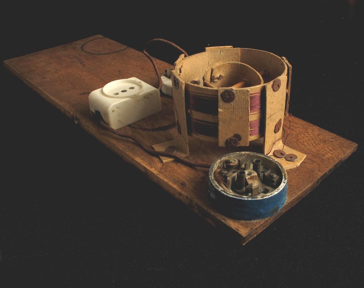 Treplate med påmontert ledninger og radio-komponenter. Vridbar søker. Muligens reparert i forbindelse med overlevering til AAM.