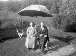 Kvinna och man i trädgård