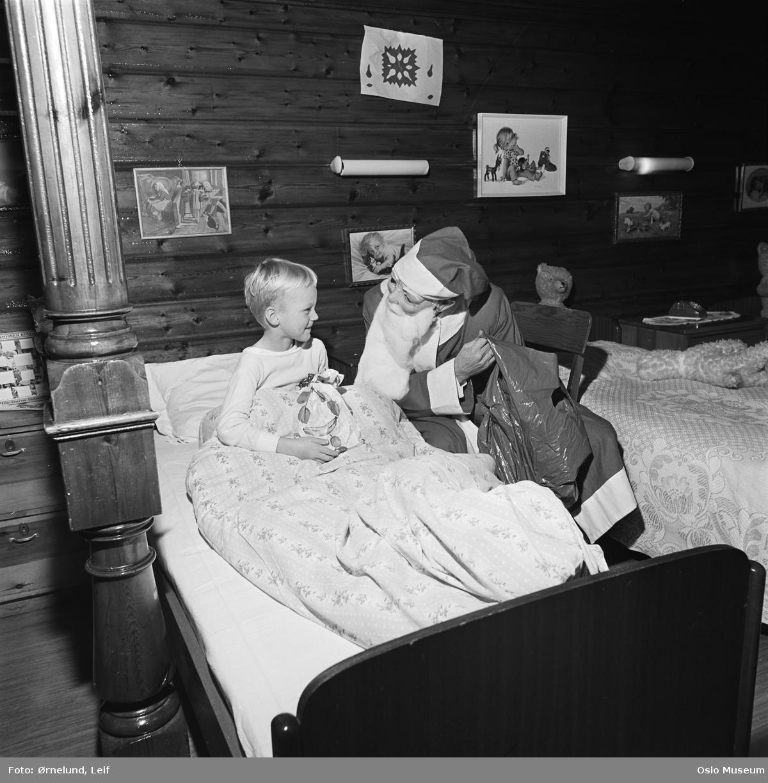 bolighus, interiør, barneværelse, seng, gutt, julenisse