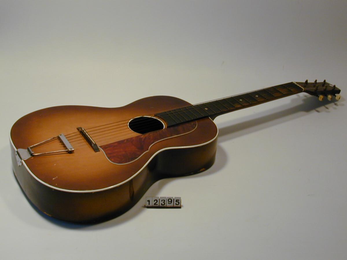 Form: Oval gitarkasse, sammentrykket på midten.