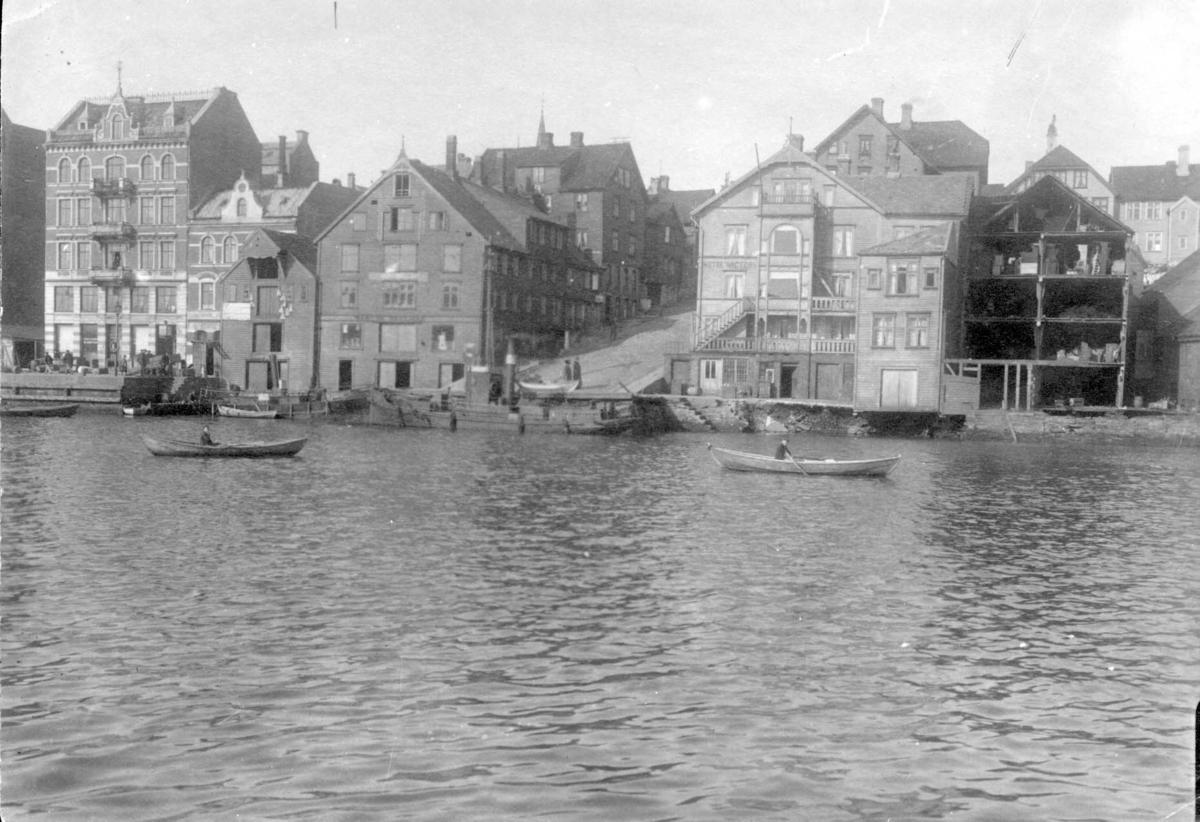 Bymiljø - Havn - Sjøhus - Båter. .