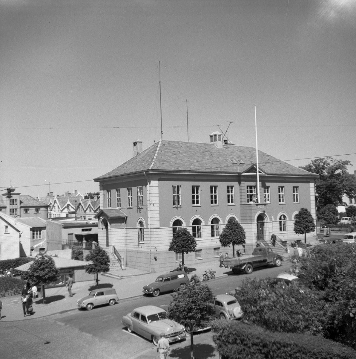 Postkontoret i Haugesund. Flere biler parkert i gata foran.