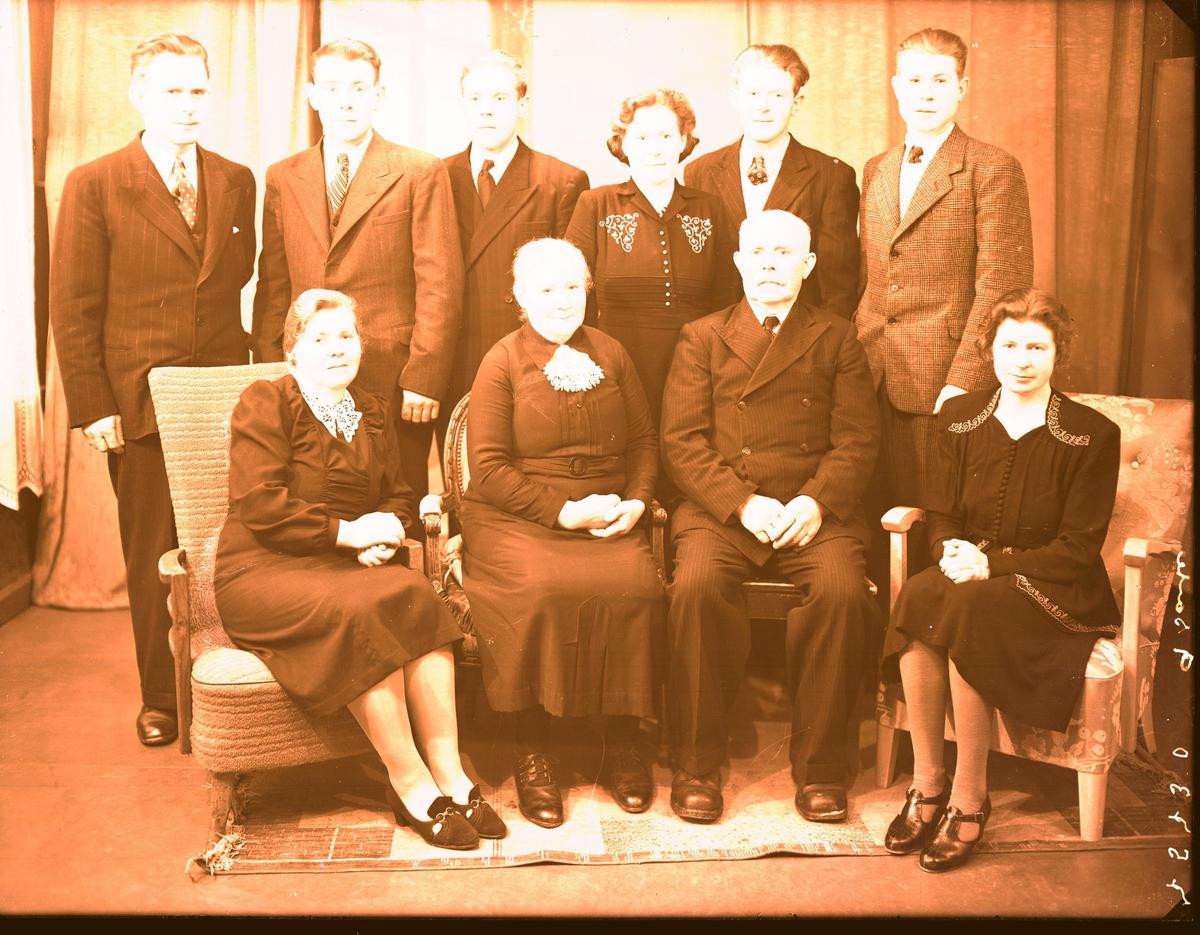 Gruppebilde - Gudmund Skogen med familie