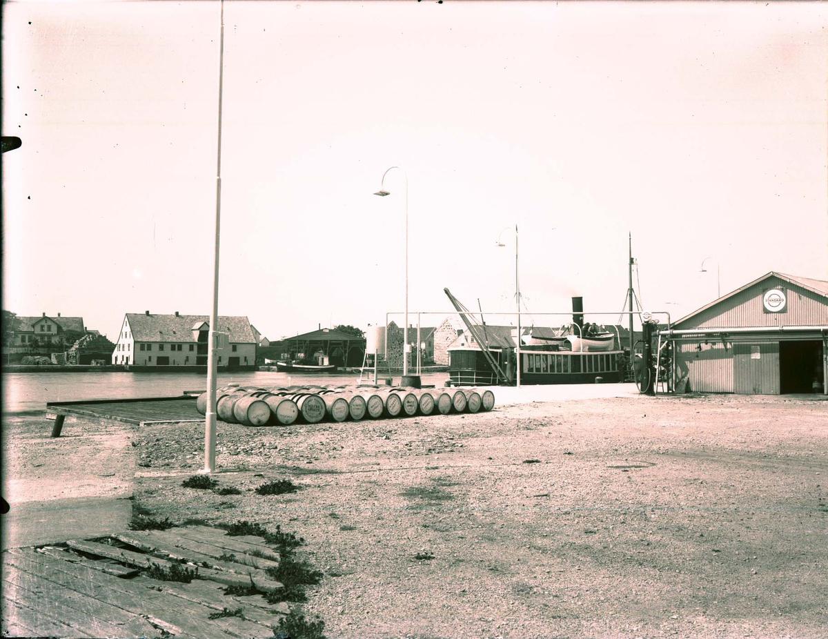 Havnebilde - Kaiområde. Hasseløy.  Vibrandsøy og Bergesen-huset i bakgrunnen.