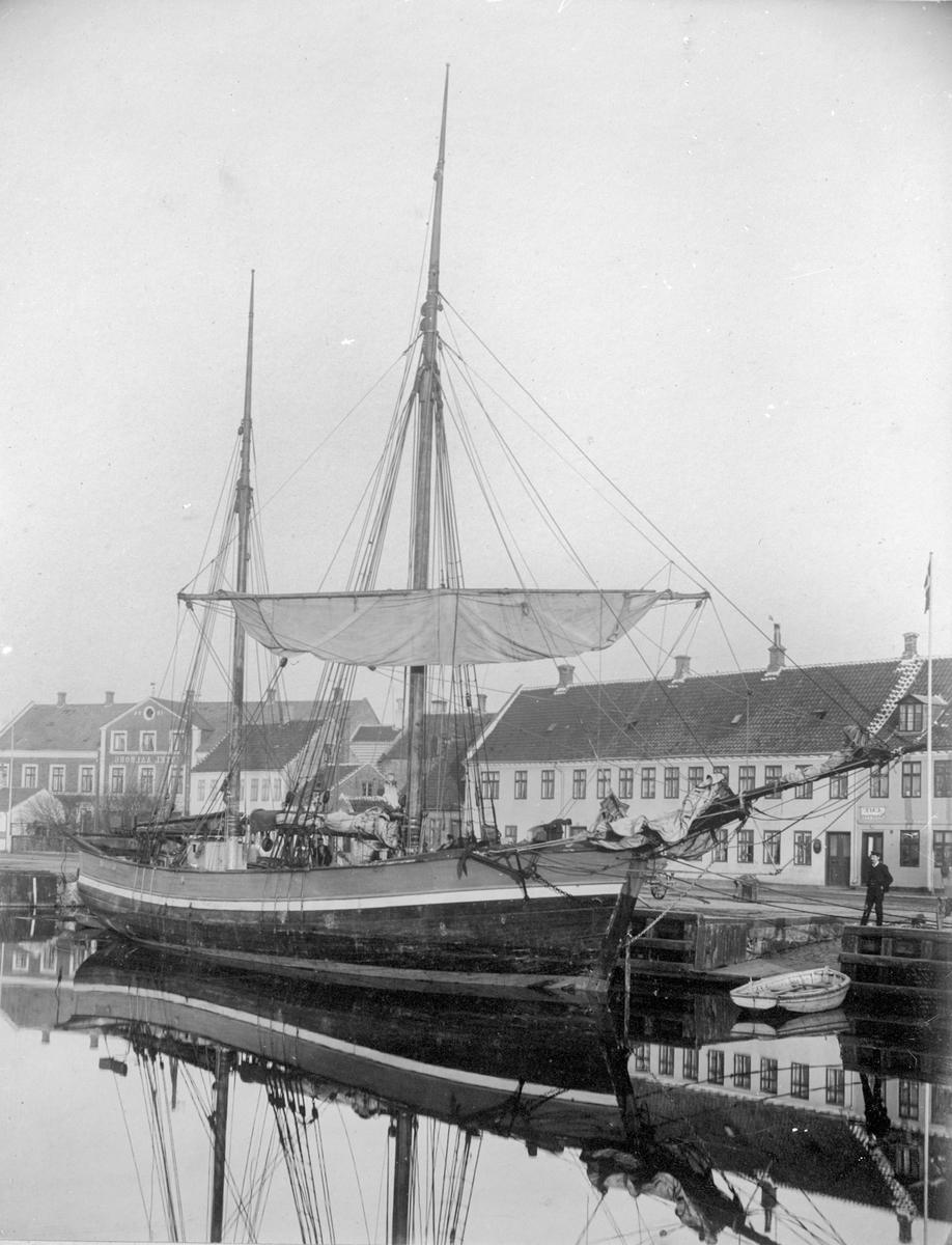 """Galeasen """"Sleipner"""" fra Haugesund i havn i Aalborg i Danmark. I bakgrunnen ligger Hotel Aalborg."""