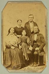 Ektepar med tre barn hos fotografen.