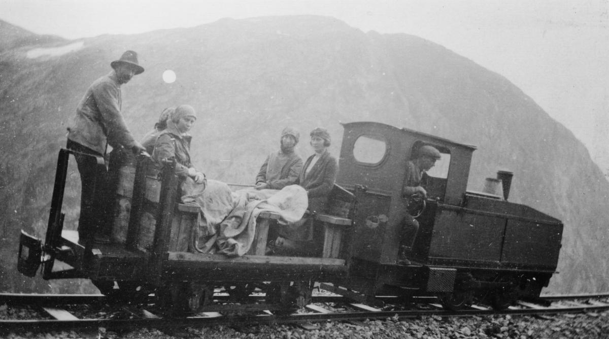 Utfluktstog mellom Topp heis og Holbu på Aurabanen, trukket av bensinlokomotivet. Lokfører er Håkon Melkild, bremser er Olaf Melkild.