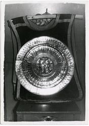 Messehagel og dåpsfat med bredde ca. 54 cm. Fotografi fra gj
