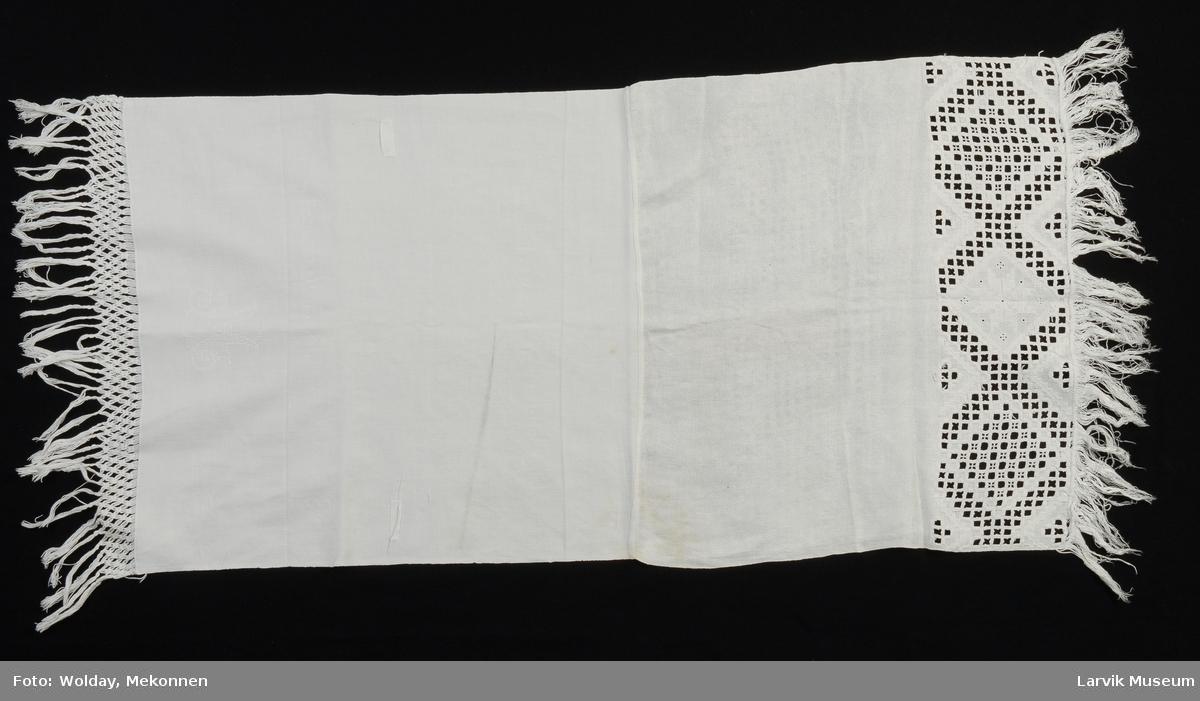 Form: 57 cm lin med 17cm hardangersøm + 9cm frynser