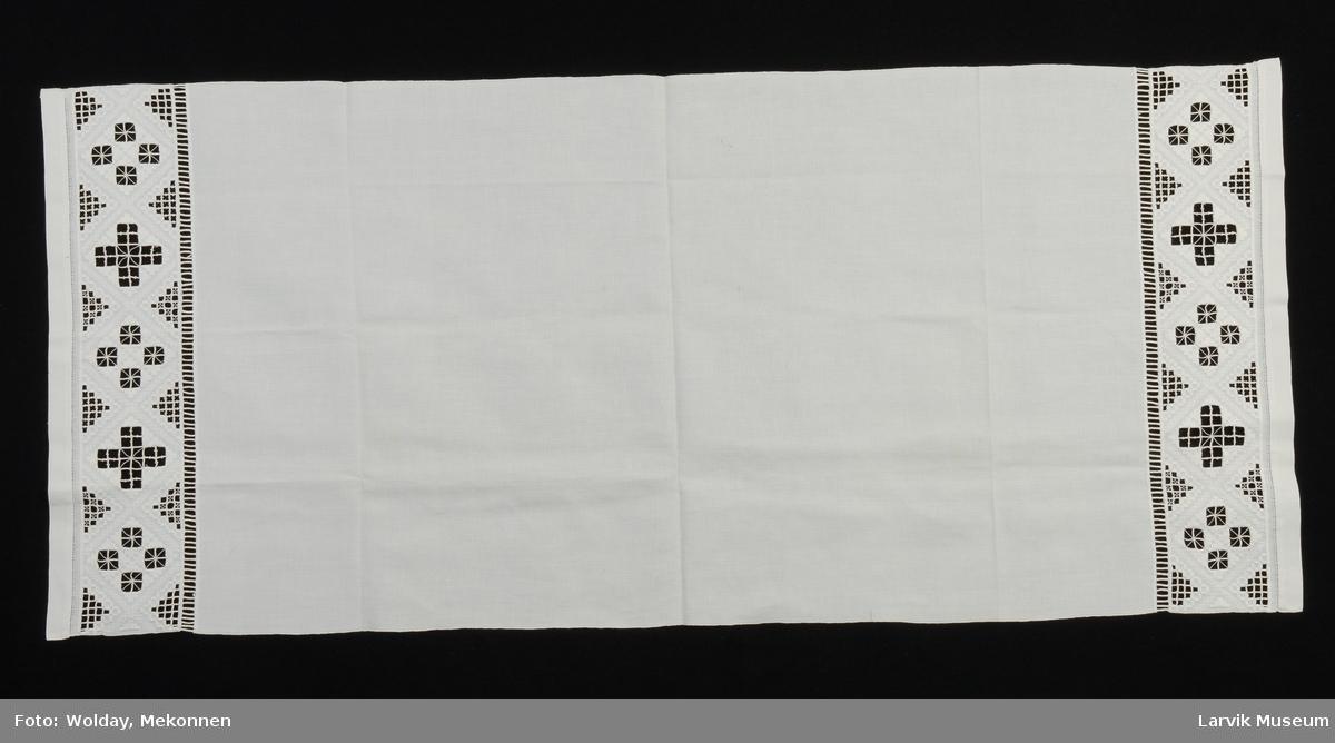 Form: hvit sultan, i hver ende 13 cm br.bord av Hard.s