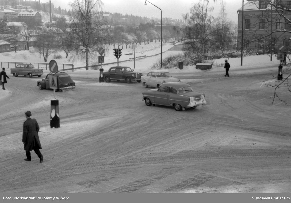 """Trafikbilder från korsningen Storgatan-Skolhusallén, vid """"fyrarna"""", Sundsvalls första trafiksignaler."""