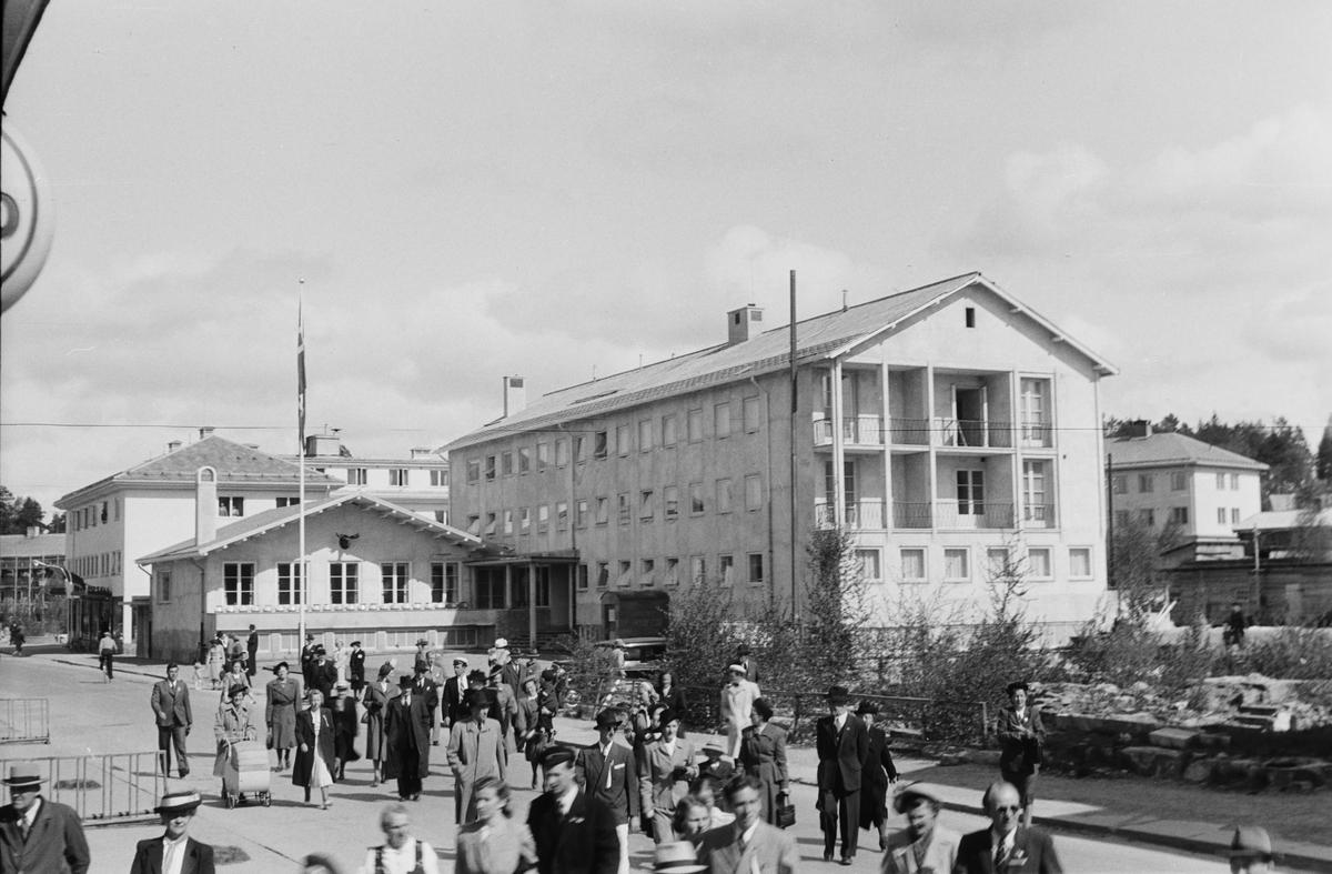 17. mai. Elverum. Storgata, Leiret. Hotell Central. Mennesker i gaten.