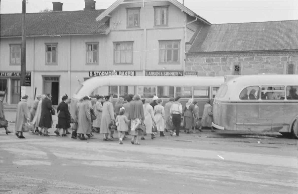 Busser ved Østmoehjørnet. Påstigning av passasjerer. Leiret, Elverum.