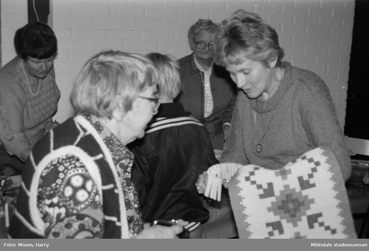 """Julbasar i församlingshemmet i Lindome, år 1984. """"Siri Oreklev såg till att lotterna snabbt såldes ut.""""  För mer information om bilden se under tilläggsinformation."""