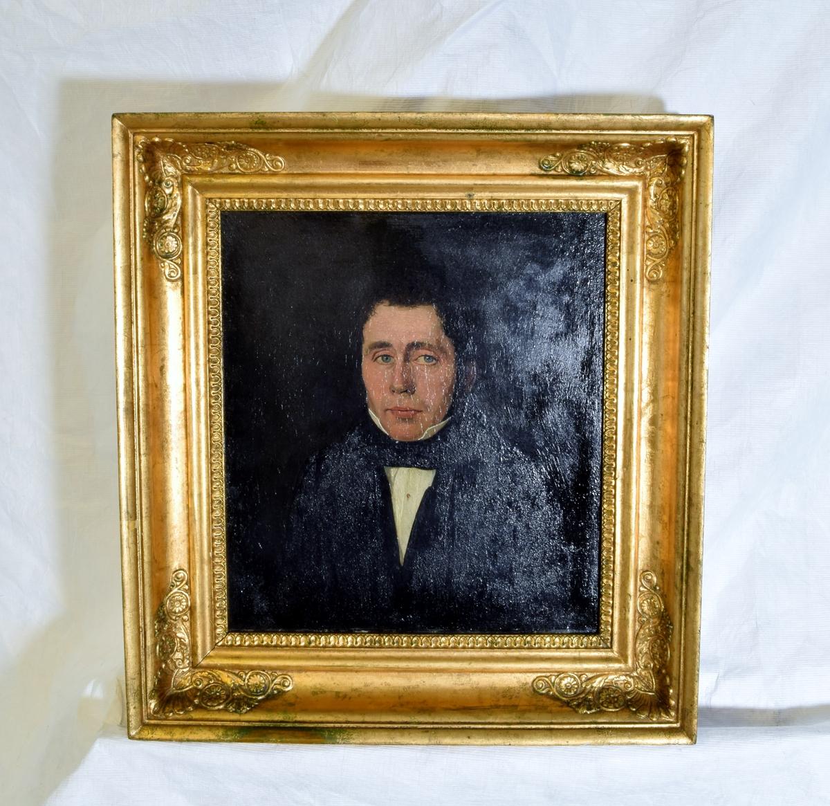 Portrett av en mann i mørk dress.