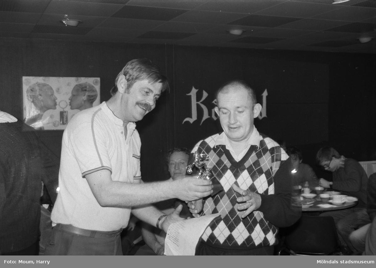 """Tävling i bowling för handikappade på Kållereds bowlinghall, år 1984. """"Kent Palo delar ut pris till Bengt Kristiansson.""""  För mer information om bilden se under tilläggsinformation."""