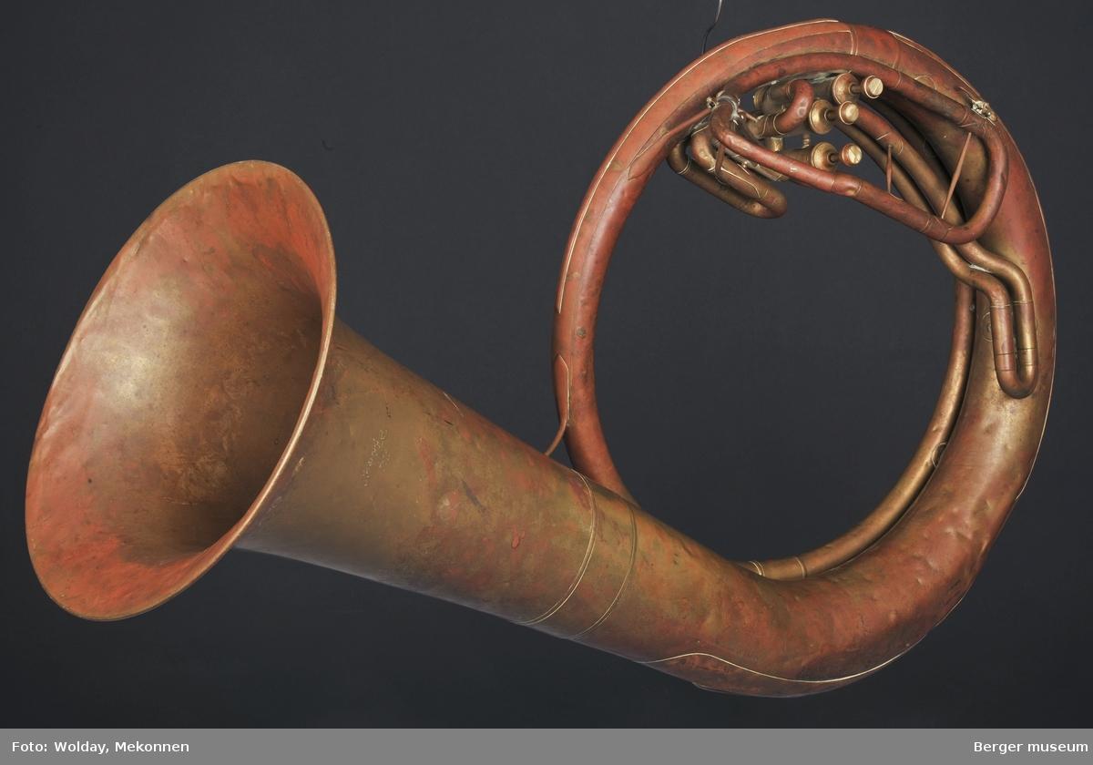 Tuba i ess. Det mangler munnstykke. Ventiltuba.